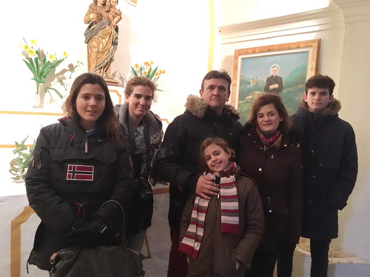 - In the church of Pallerols, Emilio -in the center of the photograph- with his young daughter Monica, accompanied by his wife Bea and the other children: María Salomé, Amaya and Juan Carlos