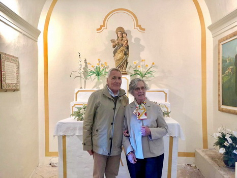 Joan Gallostra and his wife Maribel Isern at the altar of Our Lady of Roser de Pallerols, in front of the image that Joan gave