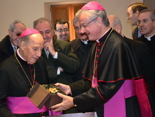 D. Javier gives a copy of the Rose of Pallerols to the Archbishop of Urgell, Mons. Joan-Enric Vives
